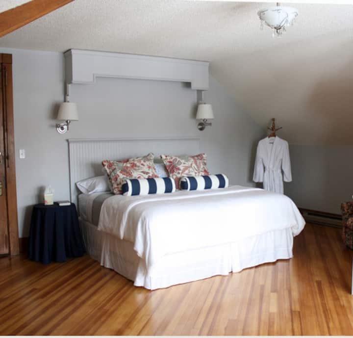 Kennedy - spacious room -sleeps 4 - kitchenette