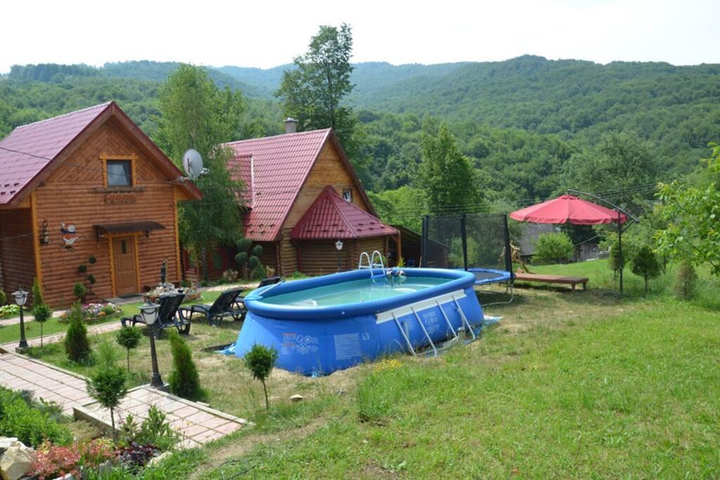 дом справа помещает максимально 10гостей, дом слева помещает максимально 7гостей.
