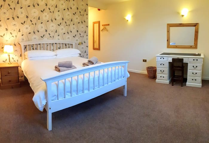 3.En suite king size room, Dartmoor village centre