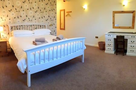 3.En suite king size room, Dartmoor village centre