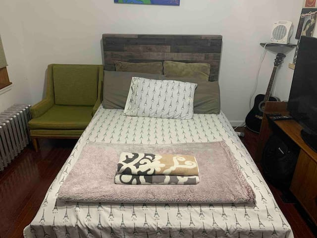 LARGE ARTISTIC ROOM IN THE HEART OF HARLEM