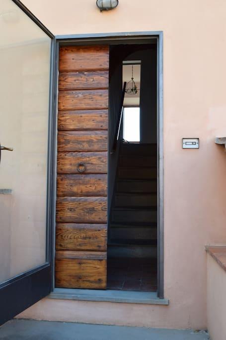 Questa è una casa in paese, ma è una casa autonoma con a disposizione, restando qualche giorno in più, gli orti e le vigne di Cecione