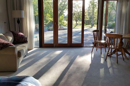 Sunny, private studio in delightful rural setting - Hope