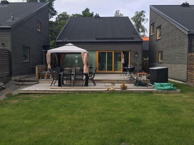 Modernt hus med underbar altan - Barkarby - House