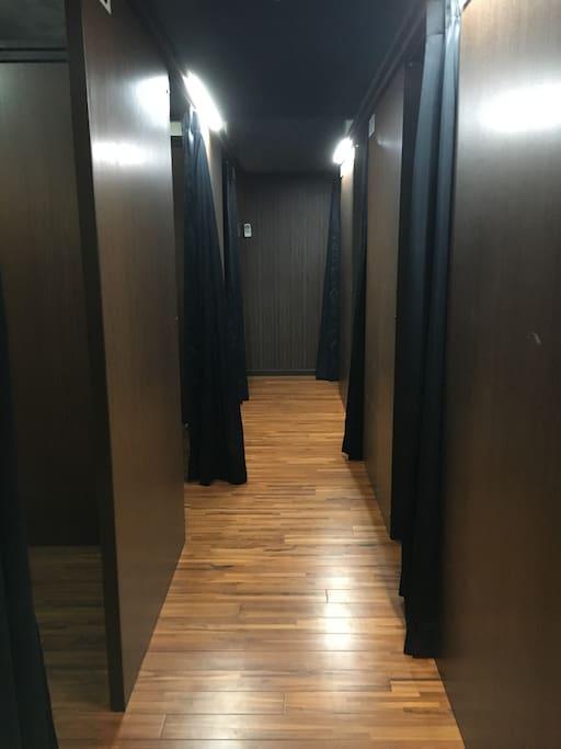 個室風ドミトリーだから、プライベート空間も♬ -The room is partitioned by wall-