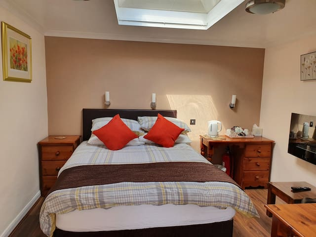 Ensuite self contained room, ground floor, with direct access from the car park,  free wifi included. Equipped with mini fridge, toaster, kettle, hospitality tray with tea/coffee/hot chocolate, cappuccino, biscuits. Ensuite bathroom with shower