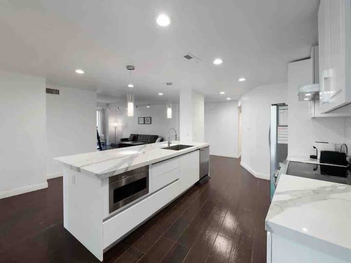 2bed Contemporary full serviced condo in Hollywood