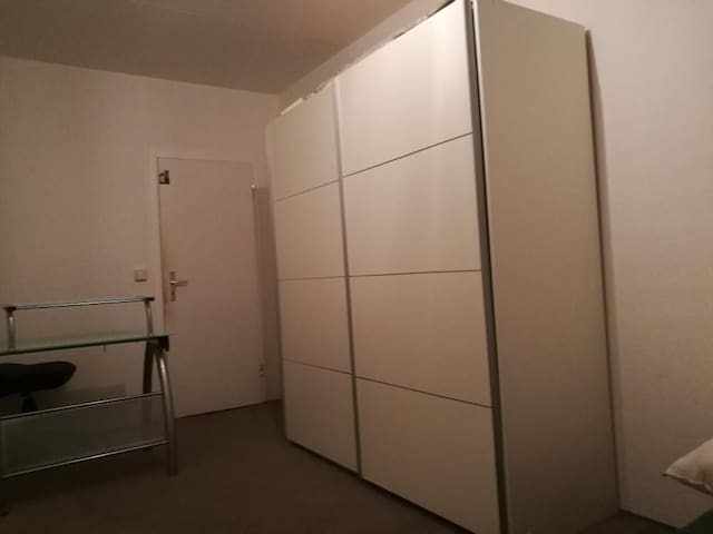 A Room in a Spacious Apartment Next to the Library - Cottbus - Apartament