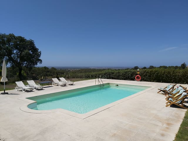 Villa with pool and breathtaking views to the sea