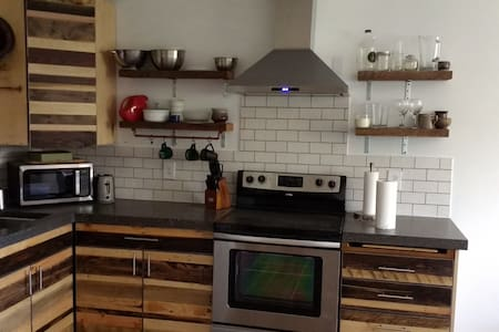 Private Guesthouse with indoor pool and hot tub - College Place - Huoneisto