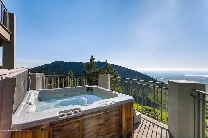 Cliffside getaway, incredible views, 5m to town