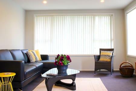 Modern, bright, and spacious house near airport - Christchurch