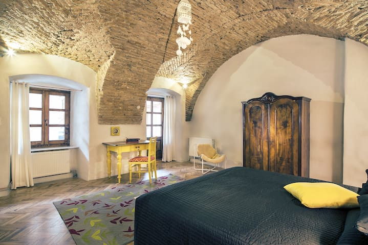 Garden Apartment| brick ceilings| old city centre