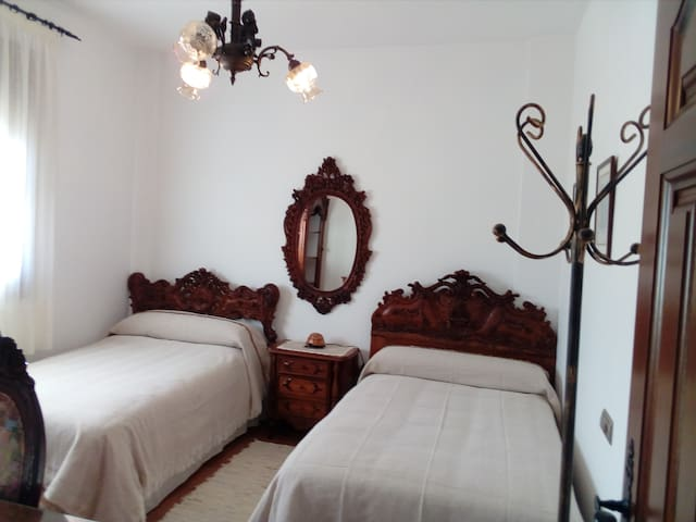Casa Pedro. Habitación 2 camas. Baño compartido. 2