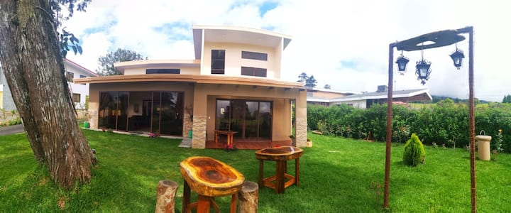 El Retiro House. Natural breath 25' from Airport