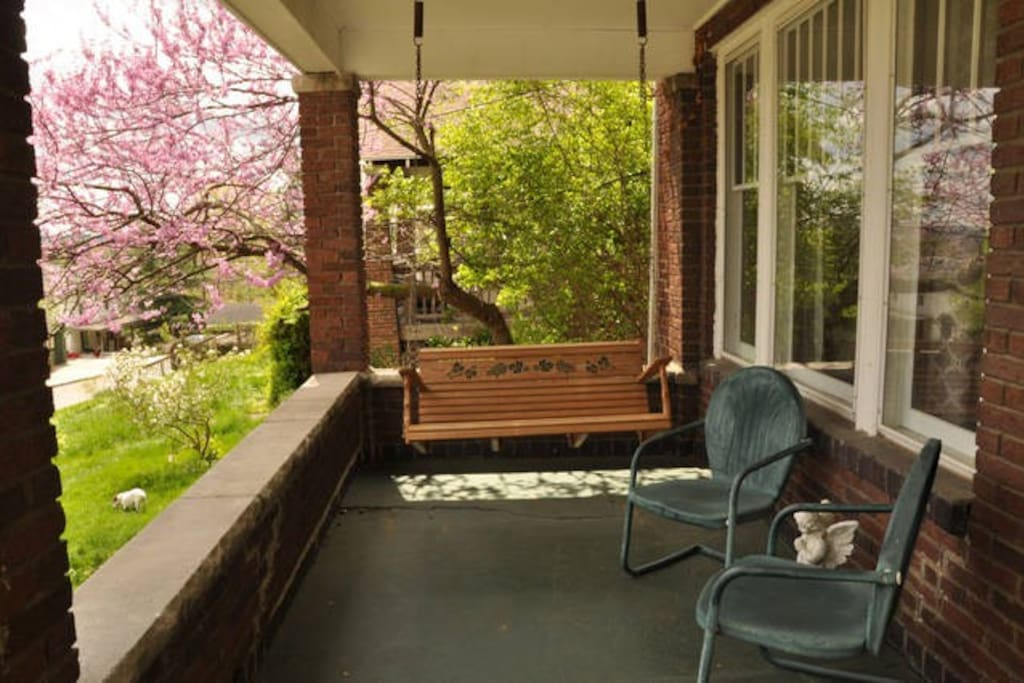 Enjoy a cup of morning coffee or glass of wine on relaxing porch with a view of Athens and O U.  Quick walk to uptown stores, restaurants, brew pubs, and Ohio University campus.