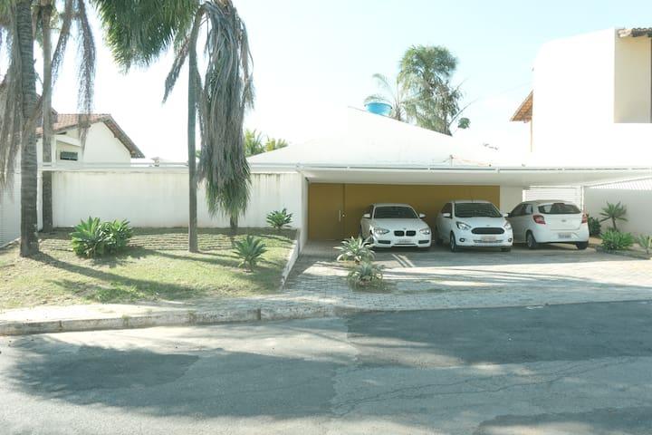 Casa moderna no Lago Sul, 3 suites, próxima a JK