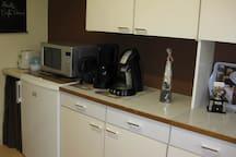 Küchengeräte  sind vorhanden: Kaffeemaschine, Toaster, Mikrowelle, Kühlschrank, Wasserkocher