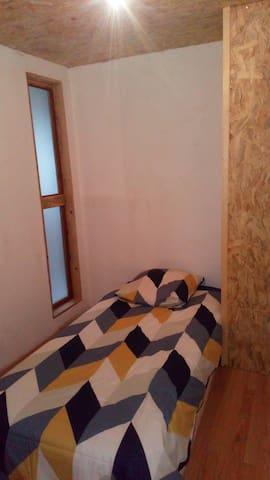 chambre avec espace bureau lit simple
