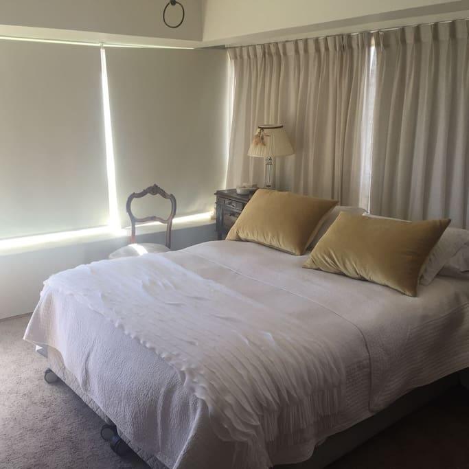 Nice bed with white carpet floor, for more confortable rest. Confortable cama de 2 plazas con piso alfombrado, para una maxima comodidad en elel descanzo.