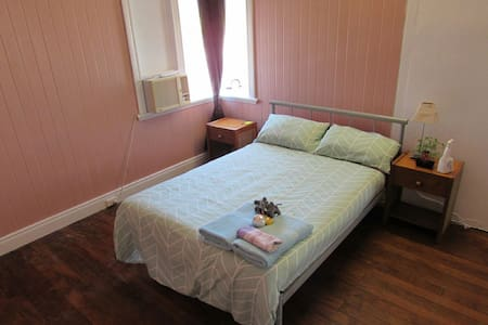 Double bed room close to city - Bungalow - Dom