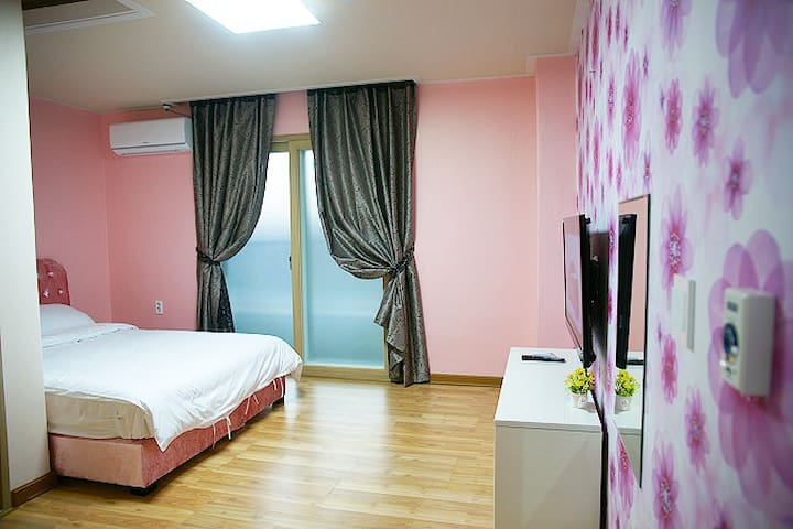 넓은 원룸으로 설계된 편안한 객실 8평 원룸 210호