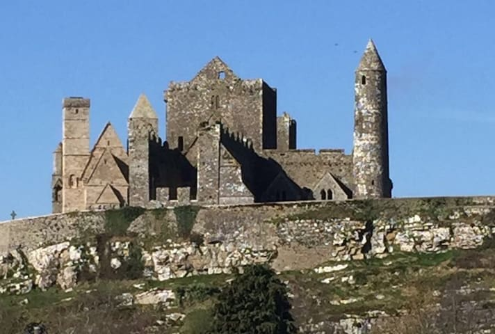 Apartment below historic castle w/balcony sleeps 3 - Cashel - Lägenhet