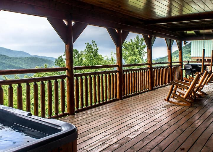 Honeymoon cabin with breathtaking views, hot tub and pool table