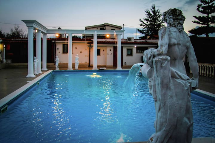 Spacious villa with pool and jacuzzi in the countryside of Anzio