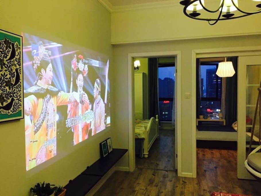 客厅配备超大投影,影视点播随心所欲