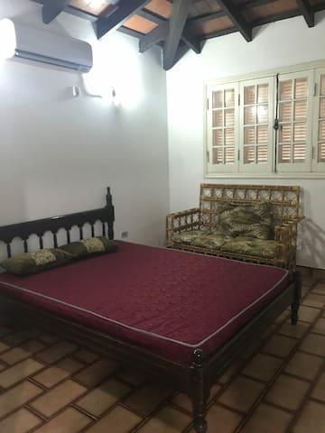 Habitación 2: cama queen. Aire acondicionado