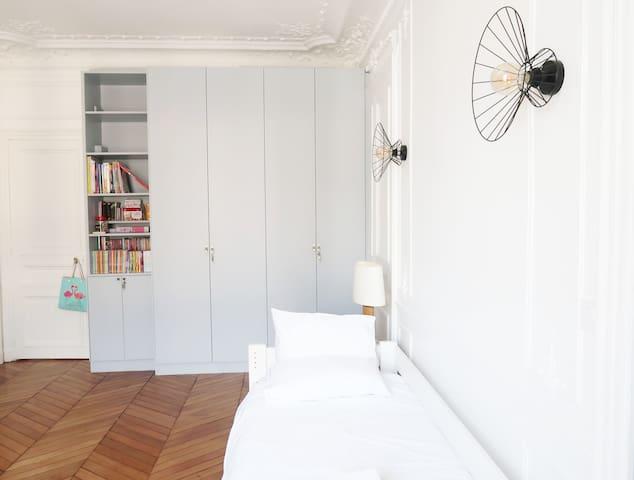 Chambre 3 Cette chambre a été refaite en juillet 2019.  Elle est composée d'un lit simple et d'un lit tiroir. Les lits sont de taille 190 x 90