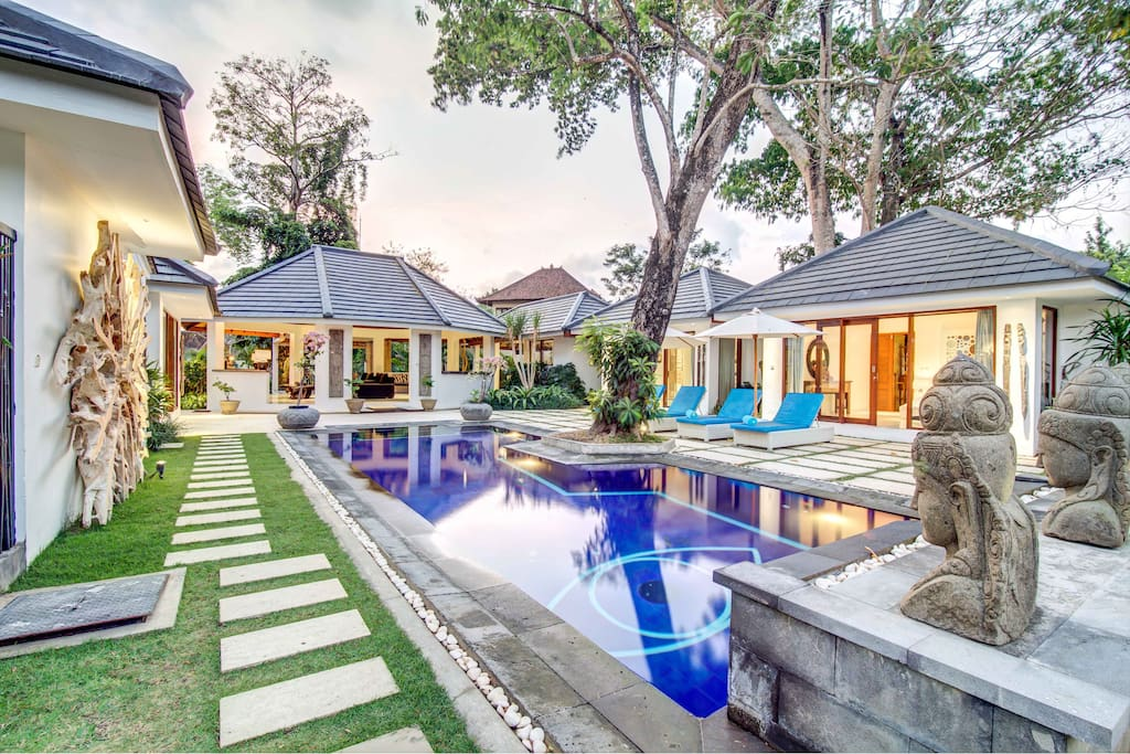 Villa Herros: Luxurious 4 bedrooms, 4 bathrooms & Private Pool Villa only 5min away from the busy streets of Seminyak.