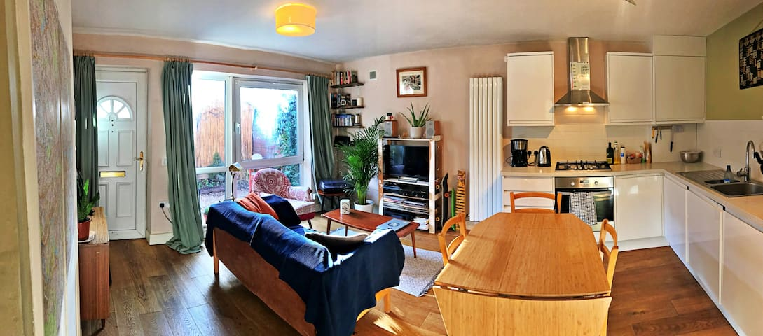 Comfy Sunny Room in the heart of Clapton