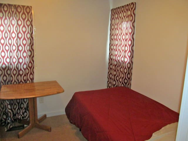 Small room w Internet, close to all conveniences