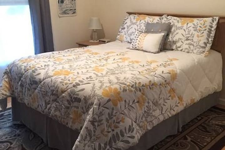 Queen Room in Quiet & Convenient Berkshires Home