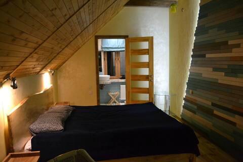 Затишна кімната і тераса в Старому місті біля ріки