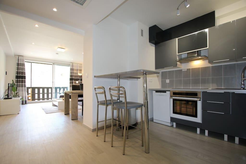 cuisine, salon et terrasse au fond