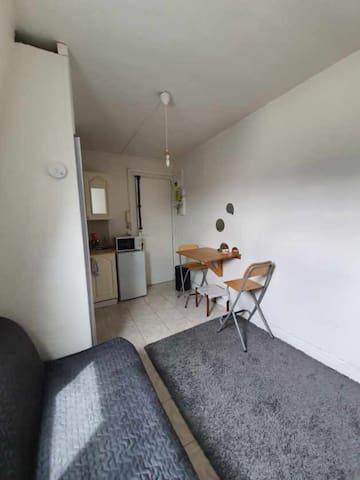 Paris rue de Rochechouart: Studette de 13m²  9ème