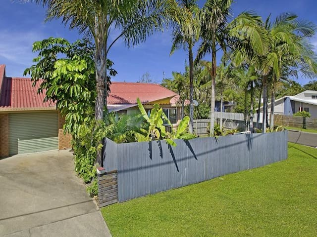Two Streets from Beach - Pet Friendly - Perfect! - Pantai Coolum - Townhouse