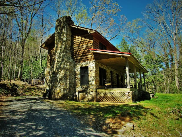 Serenity Falls -25 Acres -Babbling Creek, Sparkling Hot Tub, WB Fireplace, WiFi!