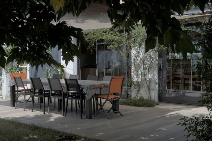 Maison familliale ouvert sur un grand jardin clos