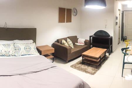 Central, Park-side Studio in Makati + Fiber Wifi - Kondominium