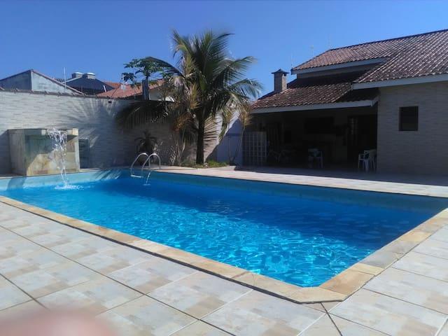 Casa alto padrão com piscina.