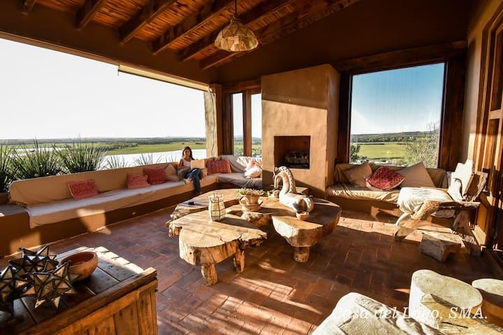 Casa del Lago con hermosas terrazas y balcones