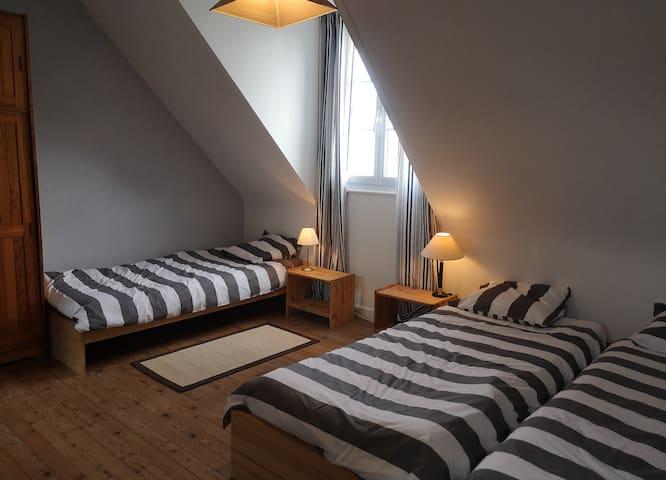 Chambre 14 m2 avec 3 lits simples à l'étage (possibilité d'accoler 2 lits simples)