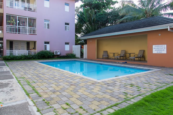Centrally located 2 bedroom apartment w/ pool - Kingston - Apartamento