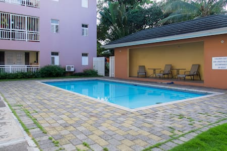 Centrally located 2 bedroom apartment w/ pool - Kingston