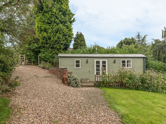 THE SHEPHERD'S REST, country holiday cottage in Leighton, Ref 919049