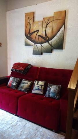 Sofá confortável com chaise  e encosto reclinável.